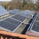 Meerdere zonnepanelen op een plat dak