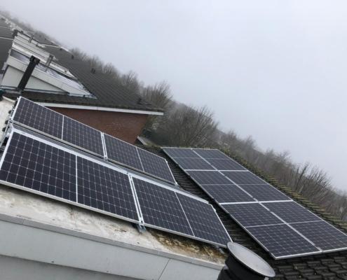 Schuine daken met zonnepanelen