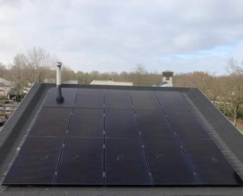 Schuin grijs dak met zonnepanelen